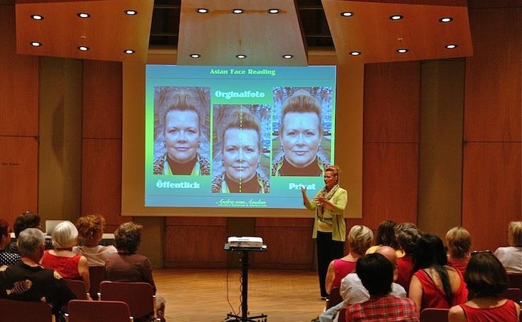 Andra von Avalon -  hält einen Vortrag über Asian Face Reading